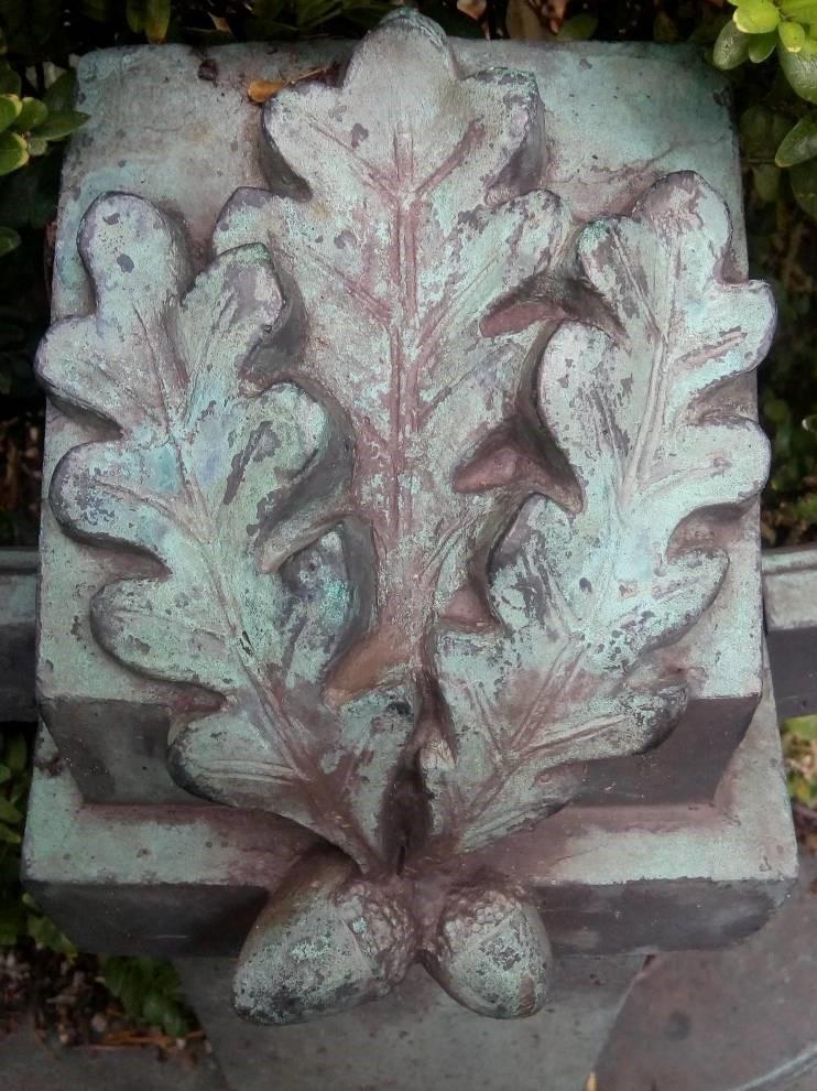 eikenblad met eikels van steen