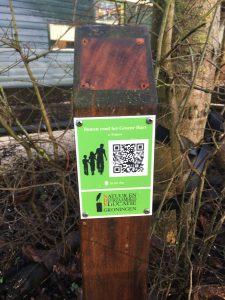 Paaltje en bordje bomenroute voor website